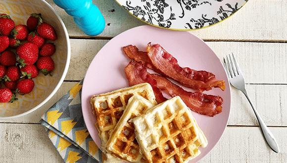 F. Ménard | Assiette de gaufres avec bacon et bol de fraises