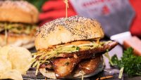 Burger avec notre fameux steak de bacon & sa salade de chou | Recette | F. Ménard