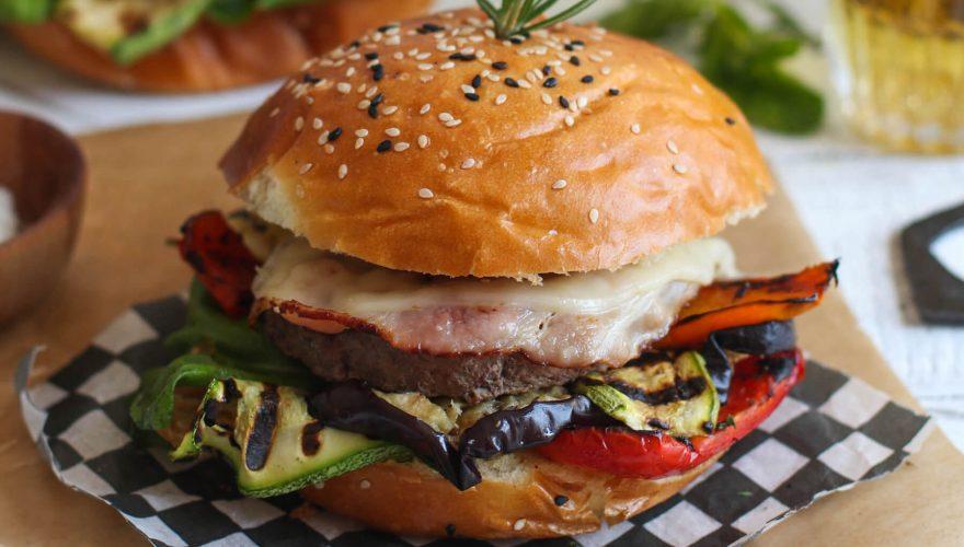 Hamburger avec légumes grillés et rondelle de bacon | Recette | F. Ménard
