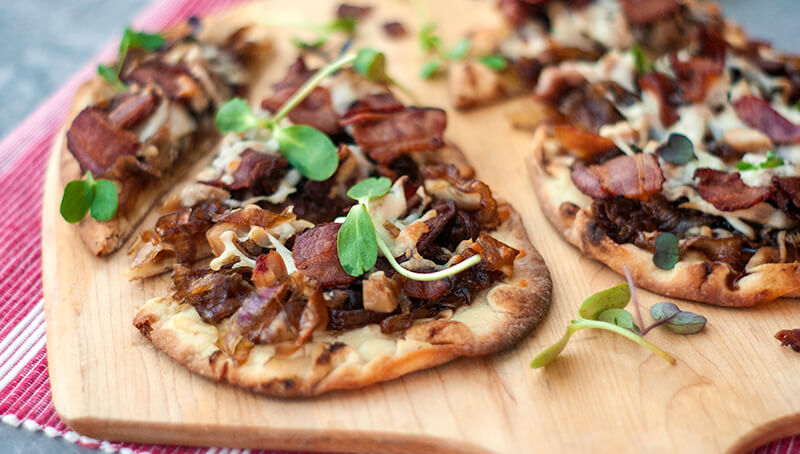 Pizza au bacon, poulet et oignons confits | Recette | F. Ménard