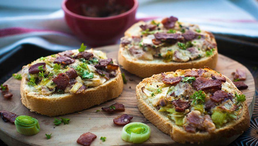 Tartines au bacon, aux poireaux et au fromage | Recette | F. Ménard