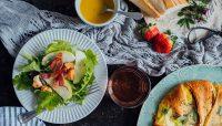 Salade verte à la pomme, bacon, croûtons de pain