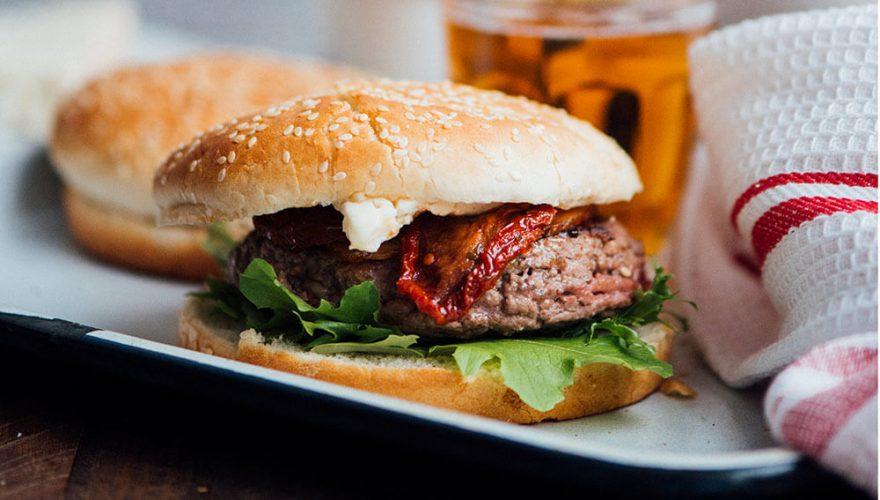Burger au bœuf, rondelle de bacon, tomates séchées et fromage gorgonzola | Recette | F. Ménard
