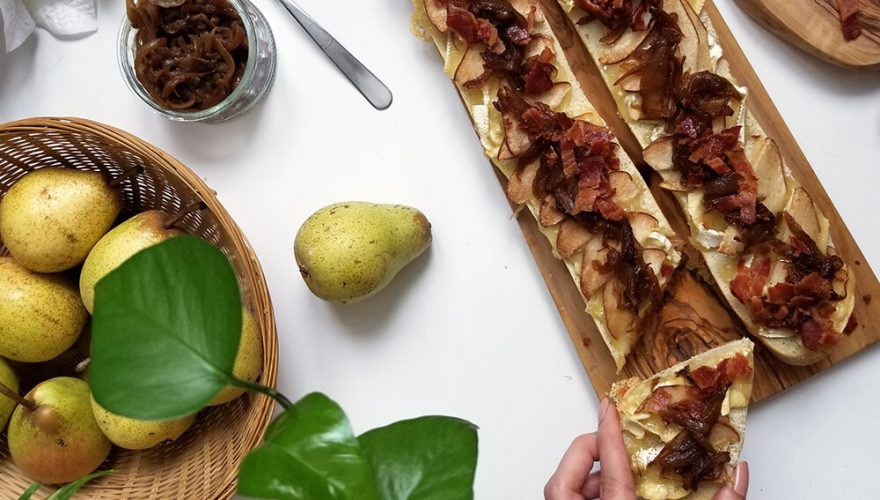 Baguette de pain gratinée au fromage brie, poires, oignons confits et bacon